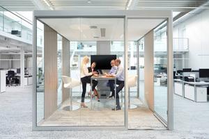 Lärm beeinträchtigt die Zufriedenheit, Leistungsfähigkeit und Konzentration der Mitarbeiter: Ein geschlossener Raum dient als Rückzugsort oder Kreativzone