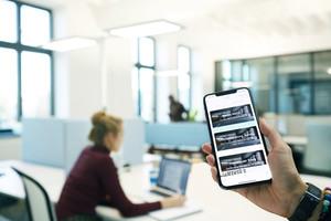 Gutes Licht kann noch mehr: Es fungiert als Infrastruktur für digitale Lösungen wie beispielsweise Shared-Desk Konzepte und hilft sogar Mindestabstände einzuhalten