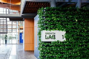In der Regel absolvieren die Teilnehmer dabei fünf Stationen, um einen Gesamtüberblick über die verfügbaren technologischen Möglichkeiten, aber auch um einen Eindruck von weitergehenden Smart Building-Visionen zu bekommen