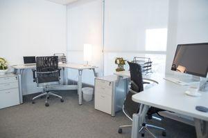 Viele Unternehmen experimentieren z. B. mit einer unterschiedlichen Anzahl an Mitarbeitern, die wieder in den Büros arbeiten
