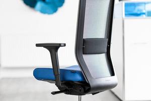 """<irspacing style=""""letter-spacing: -0.005em;"""">Studien zufolge fühlen sich Erreger auf Bürostühlen besonders wohl. Mikrosilberionen – unsichtbar eingearbeitet in Sitzbezüge oder Armlehnen – schaffen bei diesem Drehstuhlmodell Abhilfe</irspacing>"""