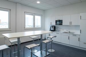 Jede Etage verfügt über eine komfortable und gut ausgestattete Teeküche