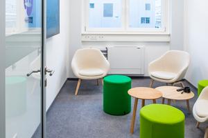 Es werden Rückzugsbereiche und Besprechungsräume mit unterschiedlicher Möblierung angeboten