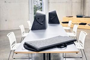 Leichte faltbare Tischaufsätze lassen sich kompakt im Kleidersack verstauen und verwandeln im Handumdrehen jeden Tisch in einen abgeschirmten Arbeitsplatz, ob bei der mobilen Arbeit am Esstisch zuhause oder innerhalb der Bürogebäude