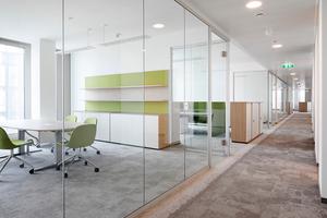 Die corona-konforme Systemtrennwand unterstützt die sichere Rückkehr der Bürobeschäftigten an den Arbeitsplatz und bietet ihnen einen Mehrwert durch den hinzugewonnenen Schallschutz