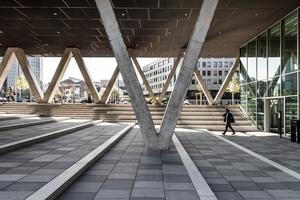 Die V-Stützen tragen das Haupthaus im Bereich der Segerothstraße. Besucher müssen das schwarze Bauwerk quasi unterlaufen, um ins Foyer zu gelangen