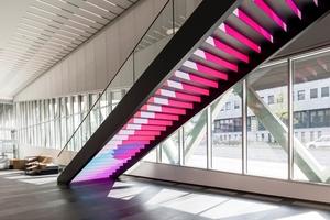 Bewegung, Licht und Farbe faszinieren: Die Medientreppe im Foyer verdeutlicht den digitalen Wandel, der Chancen auf mehr Vielfalt im Journalismus bietet