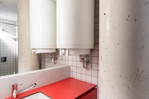 """Insgesamt vier Duschbereiche existieren im Gebäude in Fitnessbereich und Kita. In jedem Duschraum versorgt ein Wandspeicher """"DEM"""" mit 200 Liter Warmwasser zwei Duschplätze"""