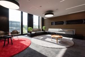 Überall im Gebäude befinden sich Sitzgelegenheiten, die sich für Interviews ebenso nutzen lassen wie für Projektabstimmungen und Besprechungen im Team