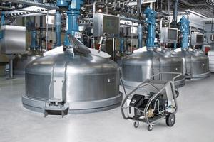 Erfolgreiche Optimierungskampagnen beginnen mit der Bestandsaufnahme aller betrieblichen Anwendungen von der Fußboden- und Wandreinigung über Maschinen-, Inventar- und Fahrzeugpflege bis – wie hier im Bild – zur Behälter-Innenreinigung