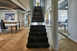 Dass die Verbindung zwischen allen Fachabteilungen gelebt wird, zeigt sich auch im Bürogebäude an der Marktler Straße in Burghausen: Eine scheinbar unterbrochene Treppe schließt sich beim Betreten und schafft Verbindung