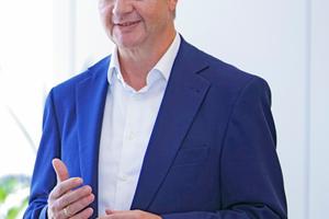 """Martin Schenk, Vorsitzender der Geschäftsführung von Strabag Property and Facility Services: """"Strabag PFS ist aufgrund ihres breit gefächerten Kundenportfolios, einer stabilen Auftragslage und ihrer Konzerneinbindung leistungsfähig und für die kommenden Jahre gut aufgestellt. Mit unserem integrierten Leistungsspektrum mit einer starken digitalisierten Ausprägung sind wir für unsere Kunden strategischer Partner für die Herausforderungen an eine nachhaltige und intelligente Immobilienbewirtschaftung."""""""