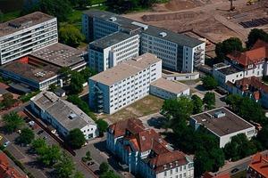Das sechsgeschossige Modulgebäude mit dem angegliederten zweistöckigen Behandlungs- und Büroflügel befindet sich im nördlichen Teil des Klinikgeländes – weit genug entfernt von der kommenden Großbaustelle, damit die Patienten in ihrer Genesung nicht beeinträchtigt werden<br />