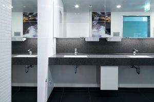 Waschräume im Flughafen stehen unter hoher Belastung: In öffentlichen Sanitärräumen kommen daher verstärkt infrarotgesteuerte Produkte zum Einsatz, die ohne Berührung funktionieren und damit die Keimübertragung deutlich reduzieren. In diesem Fall die Grohe-Armatur Europlus E, die zudem mit einer Spartechnologie für Energie- und Ressourceneffizienz sorgt