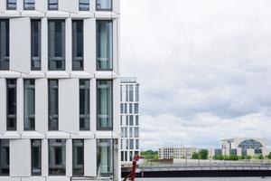 Im Sommer letzten Jahres wurde zwischen Hauptbahnhof und Bundesbildungsministerium Berlins grünstes Bürogebäude an seine neuen Mieter übergeben