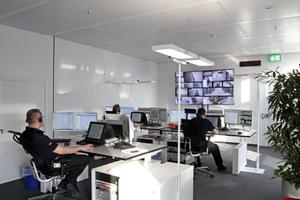 Blick in die Sicherheitsleitzentrale. Besonderheiten sind das übergeordnete Sicherheits-Informations-Managementsystem Topsis, das VAS-B-System (Bündelung aller Sprechsysteme wie Sprachalarmierung, Telefonanlage, Sprechanlage) und das Multiconsolingsystem