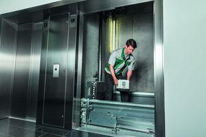 Der Wartungsmonteur weiß, wie es geht: Nach einer Neueinstellung sind Aufzüge schneller, komfortabler und verbrauchen weniger Energie