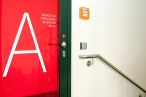 Auch im Treppenhaus sorgen Wandleser für den geordneten Zutritt