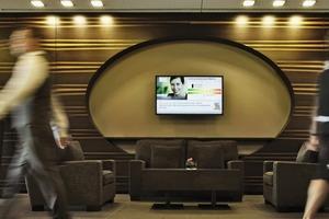 """Um die mit dem Siemens Energiemanagement-Service """"Gebäude Performance Optimierung"""" (GPO) erzielten Energieeinsparungen für Hotelbesucher sichtbar zu machen, wurde in der Lobby des Lindner Congress & Motorsport Hotel am Nürburgring ein Green Building Monitor installiert<br />"""