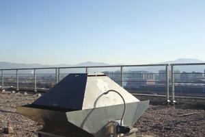 Mit einem solchen Rauch- und Brandgas- Dachventilator lässt sich die tägliche Bedarfsbelüftung mit Födermitteltemperaturen bis 120 °C realisieren und gleichzeitg im Brandfall Rauchgase bis 400 °C über 120 Minuten abführen