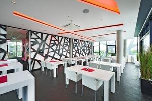 Die Innenraumgestaltung greift das architektonische Merkmal der Außenhülle wie beispielsweise im Konferenz-/Schulungsraum der Hertner-Gruppe auf
