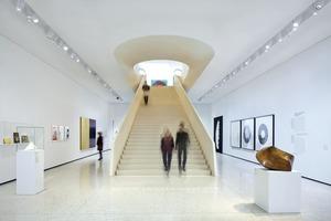 Die neuen Ausstellungsräume werden über eineskulpturale Treppe vom Haupteingang erschlossen. Modernste LED-Strahler empfangen die Besucher und lenken ihre Aufmerksamkeit direkt auf die wertvollen Exponate<br />