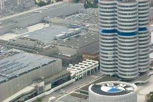 BMW in München: Die Hallen sind nach der Industriebaurichtlinie errichtet, das Verwaltungshochhaus nach der Hochhaus-Bauverordnung und im davor befindlichen Gebäude ist ein Automuseum (Versammlungsstättenverordung). Alle relevanten Technikräume sind besonders  zu schützen, damit ein Feuer die Räume nicht verlassen kann