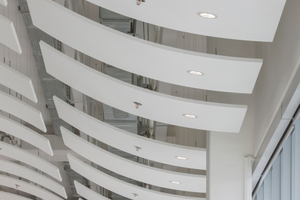 Auch in den wellenförmig abgesenkten Deckenpaneelen sorgen Compact LED-Downlights für eine gleichmäßige Grundbeleuchtung