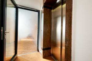 Ein Überdruck in Sicherheitstreppenräumen verhindert den Rauchübertritt aus einer Brandetage und drängt ihn beispielsweise über geöffnete Fenster am Brandherd nach draußen