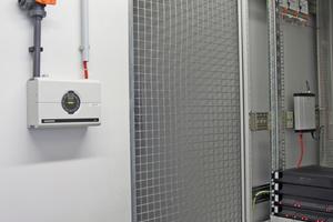Rauchansaugsystem (RAS) und Videoüberwachung in einem Technikraum. Mit dem RAS wird eine frühestmögliche Rauchdetektion sichergestellt