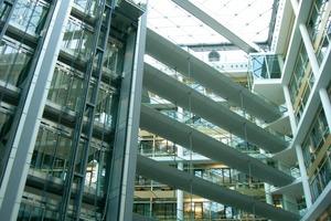 Modernes Verwaltungsgebäude mit Rauchmeldern und Sprinklerschutz; eine Veränderung der Aktivitäten ist hier nicht möglich, die Eingangshalle darf jedoch für Veranstaltungen genutzt werden