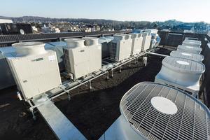 Energiesparende Klima- und Heiztechniklösungen heizen und kühlen das Gebäude simultan