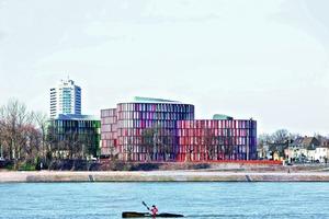 Die beiden Gebäudekörper des Cologne Oval Offices liegen direkt am Ufer des Rheins<br />