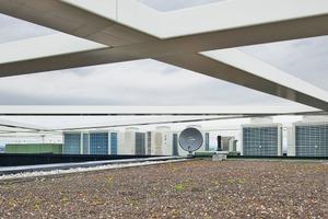 Die Klima-Außengeräte stehen unterhalb der Stahlkonstruktion auf dem Dach des Bürogebäudes und fallen optisch gar nicht auf
