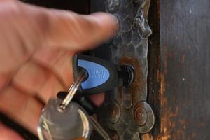Die Zylinder passen problemlos auch in bestehende Standardtüren wie beispielsweise die Außentür der Diensthütte. Geöffnet werden sie mit einem stabilen elektronischen Schlüssel