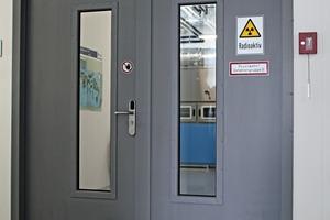 Die Arbeitssicherheit der Menschen geht vor. Im Gefahrenfall kann der Mechatronik-Beschlag über die mechanische Notöffnung betätigt werden