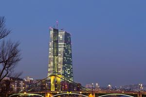 Bei der Europäischen Zentralbank (EZB) in Frankfurt sichern Klüh-Mitarbeiter drei Objekte