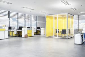 Offene Bürolandschaften sind dem Zellenbüro in den Bereichen Kosteneffizienz und Raumausnutzung klar überlegen. Flexible Raum-in-Raum-Systeme bieten dabei Rückzugsmöglichkeiten im Open Space