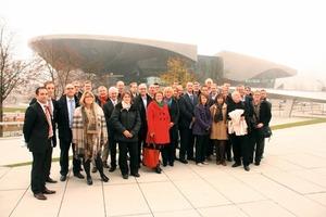 Mahmut Tümkaya (Geschäftsführer impulsfm GbR/Piepenbrock Facility Management GmbH + Co. KG, vorne links) begrüßte in der BMW-Welt eine Gruppe von Mitgliedern des europäischen Verbandes EuroFM im Rahmen der GEFMA-Mitgliederversammlung in München. Die Gäste kamen aus Dänemark, England, Finnland, Frankreich, den Niederlanden, der Slowakei und Ungarn<br />
