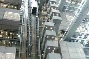 Im November 2010 zog die Deutsche Börse von ihrem bisherigen Standort in der Finanzmetropole Frankfurt am Main in den Vorort Eschborn um. Die neue Konzernzentrale, der 90 m hohe Gebäudekomplex, wird energieeffizient und nachhaltig betrieben