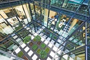 Der Innenhof des Gebäudes sorgt für Transparenz, Licht und eine natürliche Belüftung