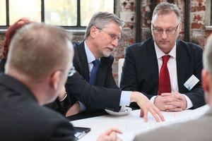 An unterschiedlichen Tischen im so genannten World Café konnten Anbieter und Kunden u.a. über die Themen diskutieren, die in Zukunft gemeinsam angegangen werden sollten