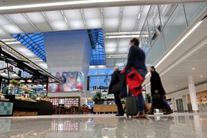 Das Herzstück des neuen Passagiergebäudes ist der lichtdurchflutete zentrale Marktplatz rund um den Vorfeldtower. Dort finden sich als Hommage an den Münchner Viktualienmarkt Marktstände mit Themenschwerpunkten, die den Originalen in der Innenstadt nachempfunden sind