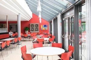 Blick in die farbenfroh gestaltete Cafeteria<br />