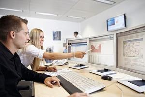 In den Advanced Operation Centern von Siemens laufen die Messdaten der einzelnen Standorte zusammen. Hier werten Energieingenieure die Daten aus und erarbeiten weitere Vorschläge zur Verbesserung der Energieeffizienz