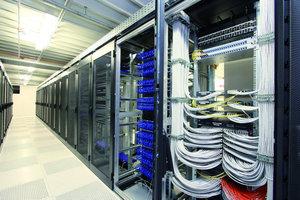 Mit einer selbstentwickelten Lösung hat das Unternehmen einen energieeffizienten Rechnerraum geschaffen, der allen Ansprüchen moderner IT-Systeme genügt und höchsten Sicherheitsanforderungen standhält