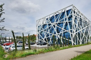 Die weiße Stahlkonstruktion verleiht dem Bürogebäude sein unverwechselbares Äußeres
