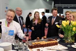 Familiäre Branche: auf der Messe feierte Clara Sasse im Kreise der FM-Familie ihren 21. Geburtstag. Otto Kajetan Weixler gratulierte standesgemäß...