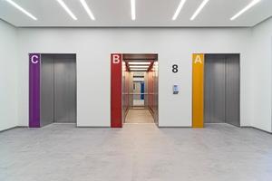 Die Aufzugsanlagen des Gebäudes wurden unter Berücksichtigung wiederverwendbarer Teile modernisiert. Während Kabinenrahmen und Führungsschienen erhalten blieben, sorgen neue Antriebe für mehr Energieeffizienz und zeitgemäße Aufzugssicherheit