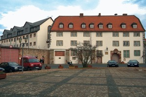 Ein Großteil der Justizvollzugsanstalt befindet sich in einem ehemaligen Jagdschloss, dessen älteste Bauteile aus dem 12. Jahrhundert <br />stammen